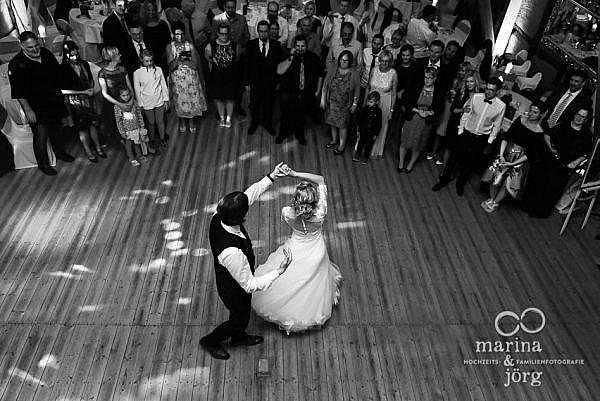 moderne Hochzeitsreportage in Laubach - romantischer Hochzeitstanz zur Eröffnung der Hochzeitsparty