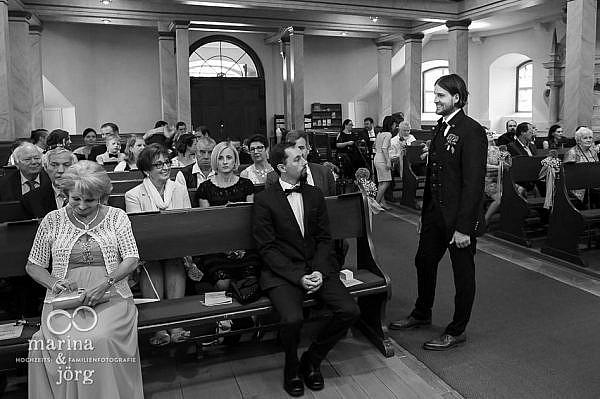 Fotograf für eure Hochzeit in Gießen und Umgebung: Anspannung vor dem Traugottesdienst in der Stadtkirche Laubach