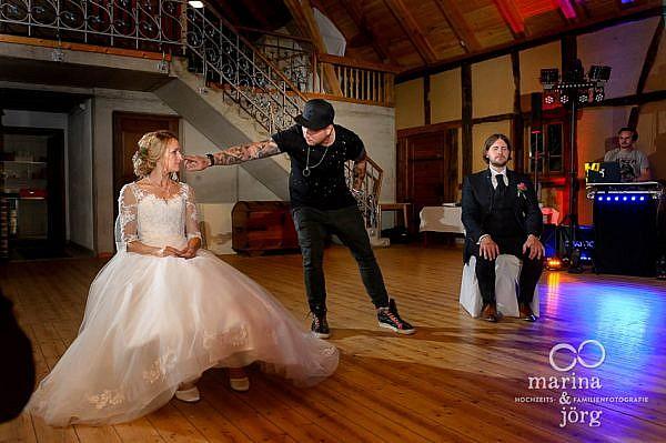 Hochzeit in der Eventscheune des Landhotels Waldhaus bei Laubach - Magier bei seiner Show