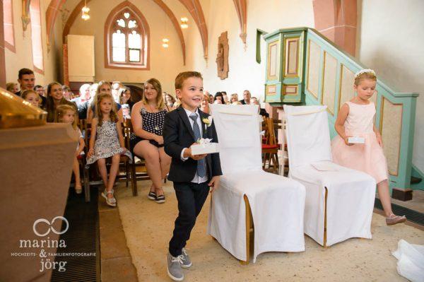 Marina und Joerg, Hochzeitsfotografen Giessen: Kinder bringen Trauringe