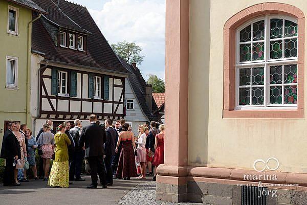 Marina und Jörg, Hochzeitsfotografen für Laubach: Hochzeitsgesellschaft vor der Stadtkirche Laubach