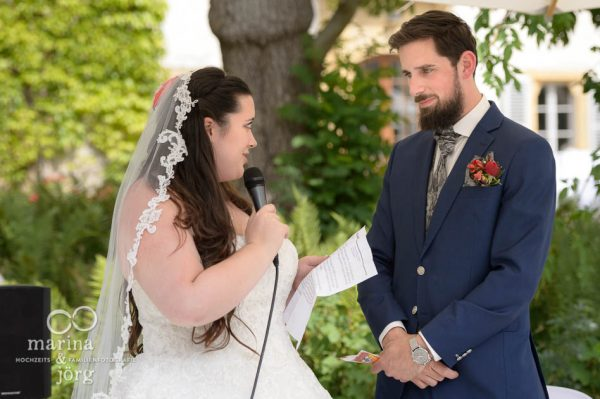 Hochzeitsfotografen-Paar aus Gießen: Hochzeitsreportage auf Schloss Münchenwiler bei Bern - Trauversprechen bei der freien Trauung
