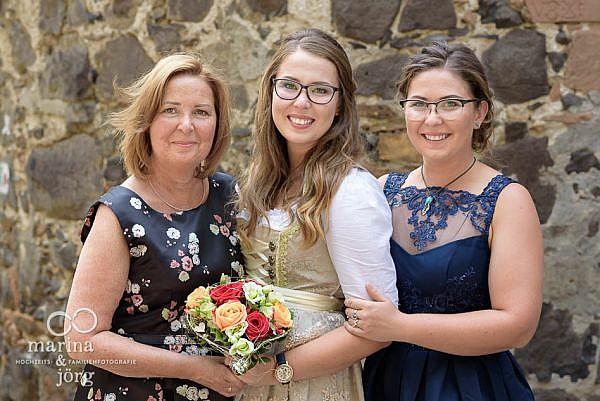 Marina und Jörg, unterwegs als Hochzeitsfotografen in Gießen: Gruppenbild in der einmaligen Hochzeitslocation Burg Staufenberg bei Gießen