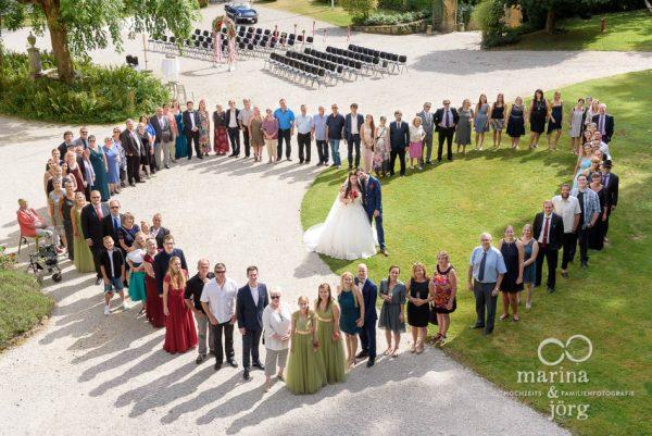 Hochzeitsfotograf Gießen: Gruppenbild bei einer Hochzeit auf Schloss Münchenwiler bei Bern