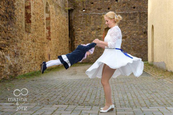 Heiraten mit Kind - Hochzeitsfotos nach dem Standesamt auf Burg Rockenberg