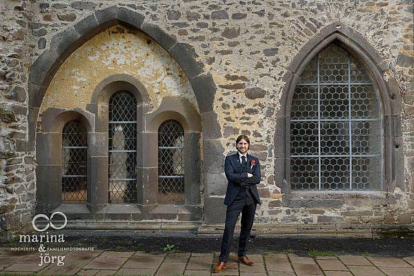 Marina & Jörg, Hochzeitsfotografen Gießen - Fotoshooting nach der Hochzeit im Kloster Arnsburg - Portrait des Bräutigams