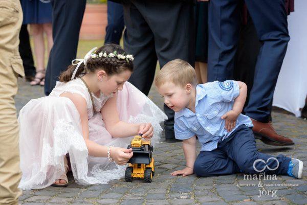 Hochzeitsreportage im Schloss Butzbach: spielende Kinder beim Sektempfang