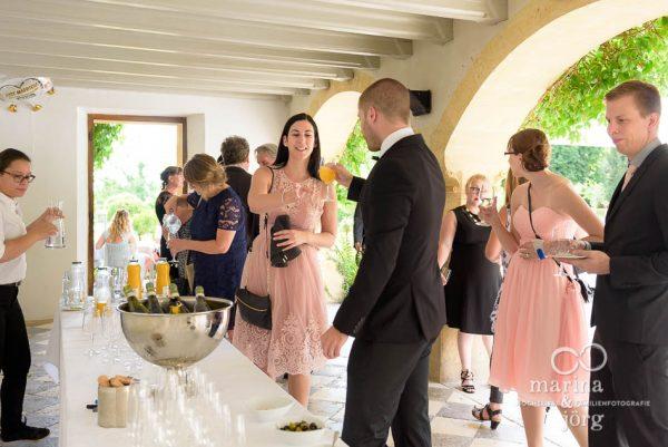 Apero nach einer Hochzeit auf Schloss Münchenwiler bei Bern - Hochzeitsfotograf Gießen