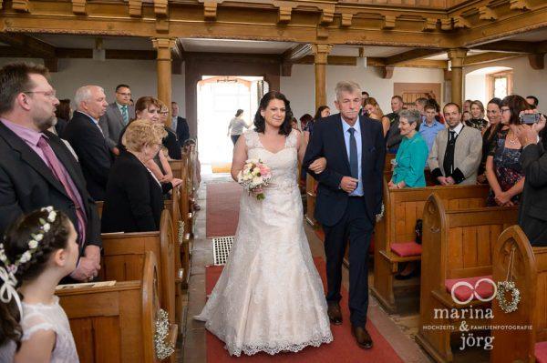 Hochzeitsreportage bei Gießen: Einzug der Braut in der Kirche Annerod
