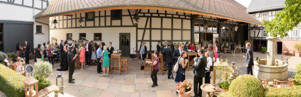 Marina und Joerg, Hochzeitsfotografen Giessen: Hochzeits-Location Eventscheune Dagobertshausen bei Marburg waehrend des Sektempfangs