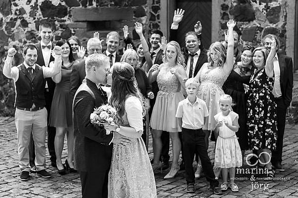 Marina und Jörg, Fotografen-Paar aus Gießen: Gruppenbild bei einer Hochzeit bei Gießen (Burg Staufenberg)