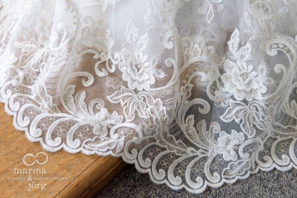 Fotograf Gießen: Hochzeit in Bern - Spitzensaum am Brautkleid