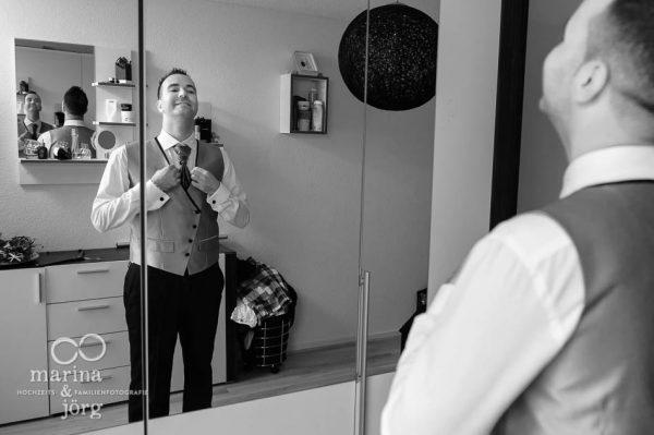 Fotografen-Paar aus Giessen: Braetigam beim Ankleiden (Hochzeitsreportage in Bern, Schweiz)