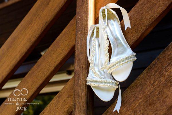 Hochzeitsfotograf Marburg: Hochzeitsreportage in der Naehe von Bern - Brautschuhe
