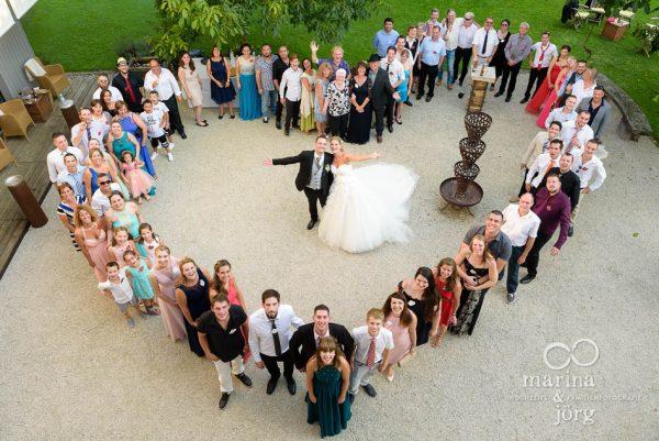 Marina und Joerg, Fotografen-Paar aus Giessen: Gruppenbild bei einer Hochzeit in der Naehe von Bern (amboz Werk- und Eventhalle)