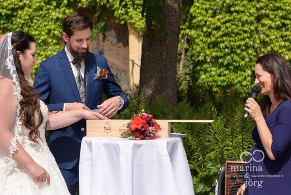 Hochzeitsreportage: während einer freien Trauung im Schloss Münchenwiler