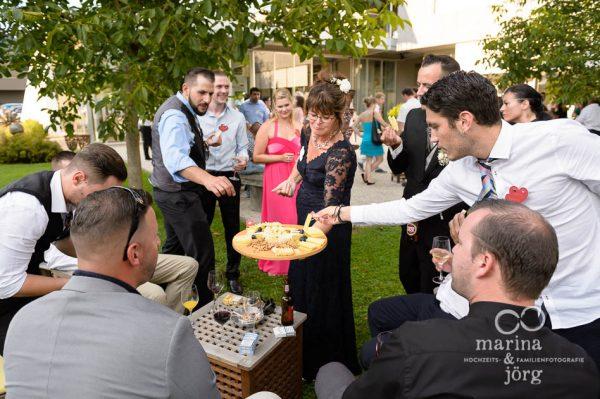 Marina und Joerg, Hochzeits-Fotografen Giessen: Sektempfang bei einer Hochzeit in der angesagten Hochzeits-Location amboz in der Naehe von Bern