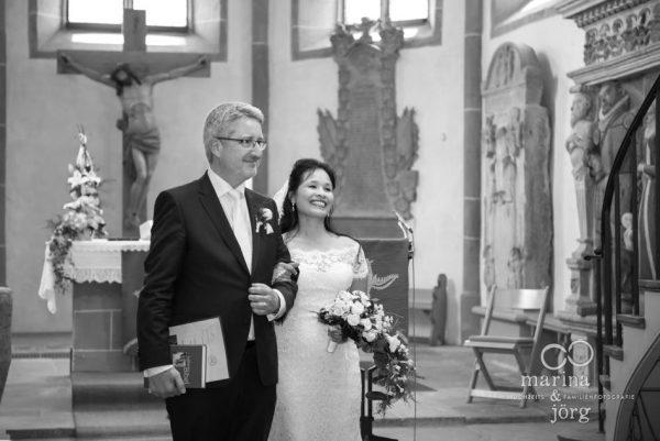 Hochzeitsfotografen Gießen: Trauung in der Kirchberger Kirche bei Burg Staufenberg