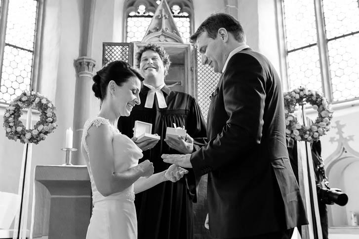 Marina und Joerg, Fotografen-Paar Giessen: Ringtausch bei einer Hochzeit bei Marburg