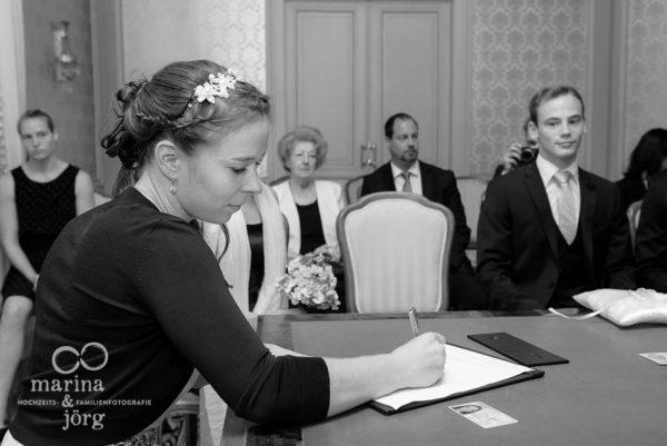 Hochzeit in Giessen: Unterschrift im Standesamt