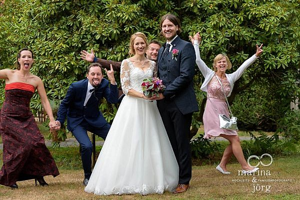 Marina und Jörg, Fotografen-Paar aus Gießen: witziges Gruppenbild bei einer Hochzeit in Laubach (Landhotel Waldhaus)