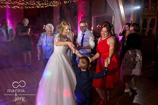 Marina und Jörg, als Hochzeitsfotografen unterwegs in Laubach: coole Partystimmung (Hochzeitsreportage bei Laubach)