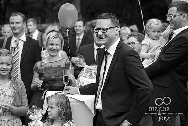 Marina und Jörg, Hochzeits-Fotografen aus Gießen: Sektempfang bei einer Hochzeit in der angesagten Hochzeits-Location Landhotel Waldhaus in Laubach