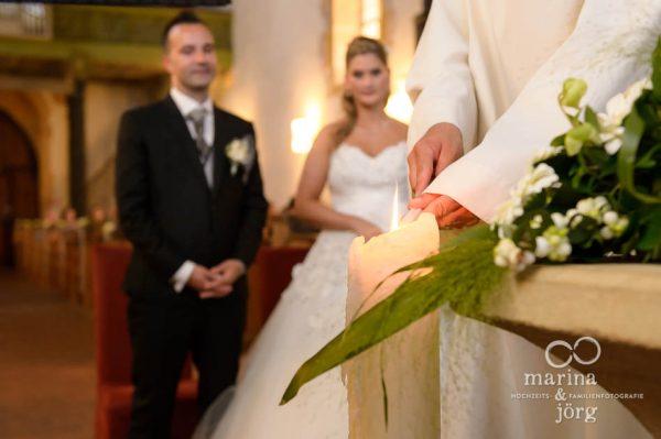 Marina und Joerg, Fotograf Marburg: Entzuenden der Kerzen bei einer Hochzeit in Ligerz am Bieler See
