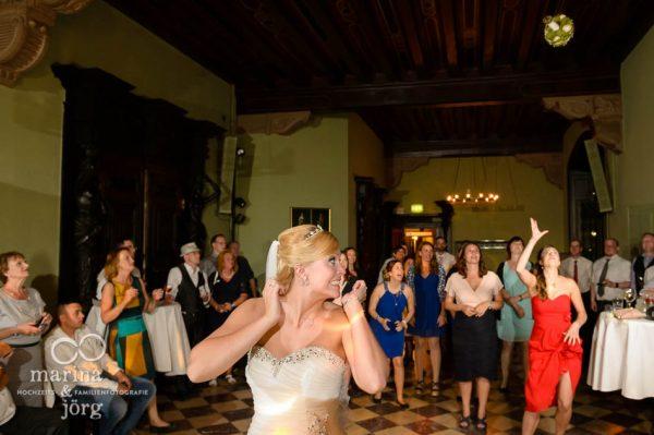 Marina und Joerg, Hochzeitsfotos im Reportagestil: Brautstrauss-Werfen