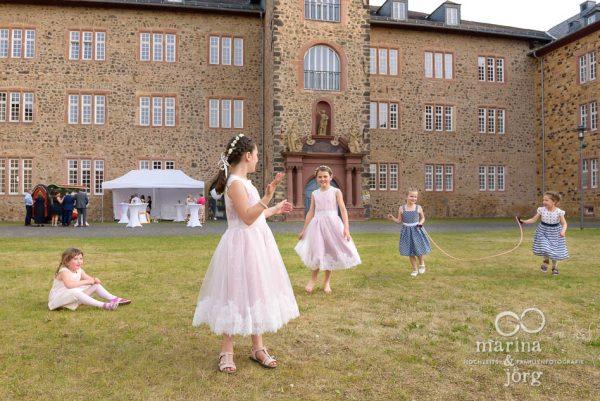 Marina & Jörg - Fotografen für eure Hochzeit in Butzbach: Kinder vor der Hochzeits-Location Schloss Butzbach