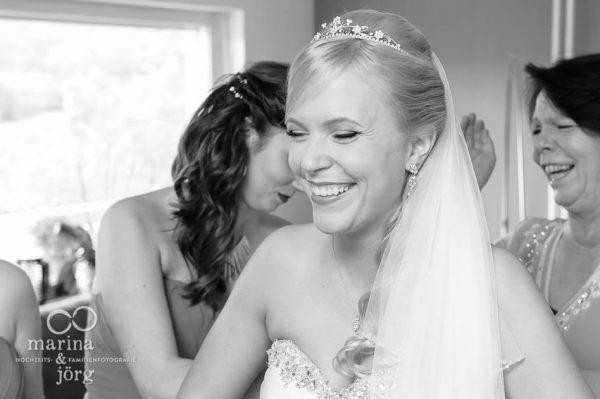 Marina und Joerg, Fotografen-Paar aus Giessen: Anziehen des Brautkleides (Getting-Ready)