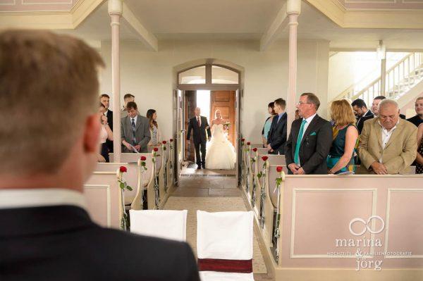 Marina und Joerg, Hochzeitsfotografen Giessen: Einzug der Braut in der Kirche Wittelsberg