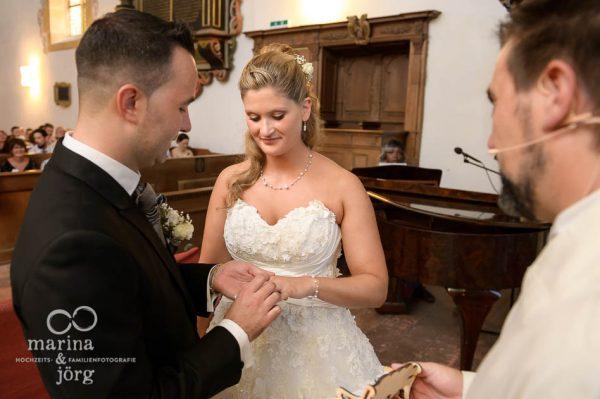 Fotograf Giessen: Hochzeitsfotos vom Ringtausch (Kirche Ligerz am Bielersee)