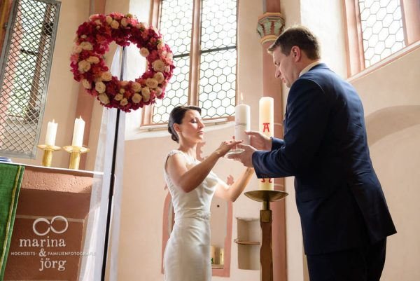 Marina und Joerg, Hochzeitsfotografen Giessen: Entzuenden der Kerzen waehrend einer Hochzeit in der Marien-Kirche Wehrshausen bei Marburg