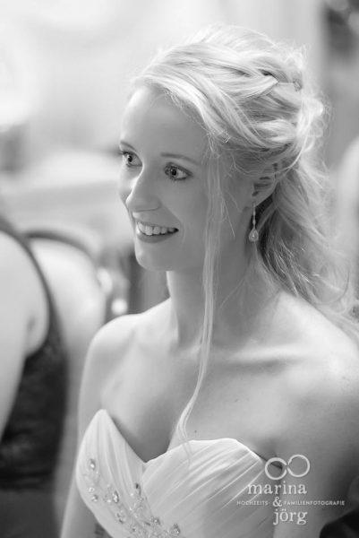 Hochzeitsfotograf Giessen: Braut während einer Hochzeit im Standesamt Gießen