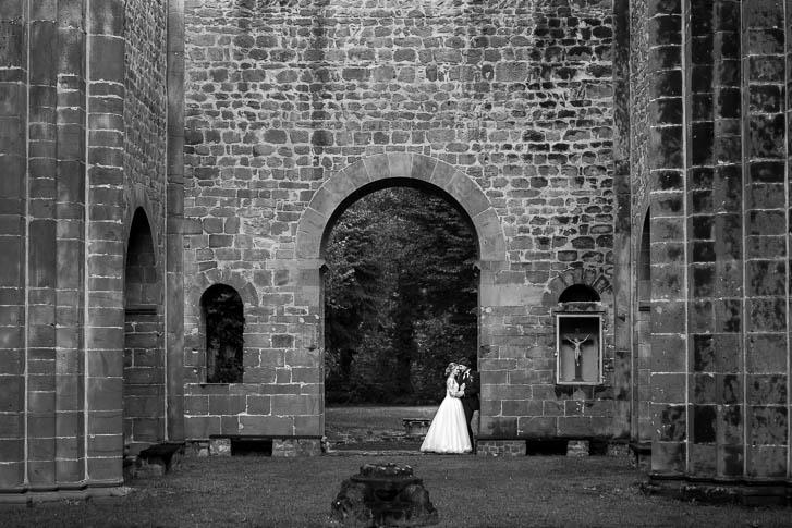 Marina & Jörg, Hochzeitsfotografie Gießen: natürliche Hochzeitsfotos entstanden bei einem entspannten After-Wedding Fotoshooting im Kloster-Arnsburg