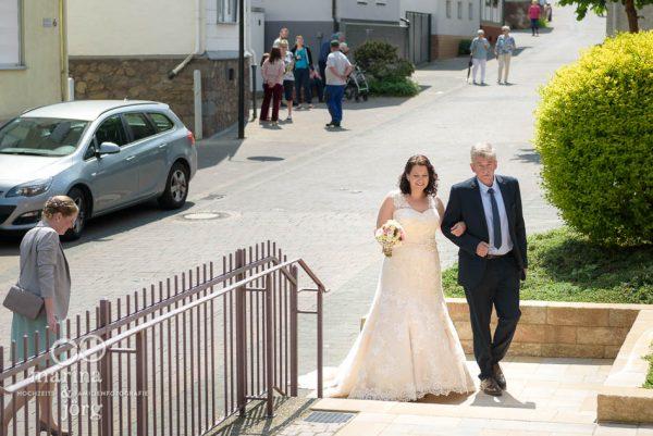 Hochzeitsreportage: Einzug der Braut - Hochzeitsfotograf für Gießen
