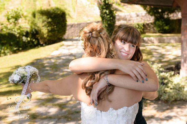 Hochzeitsfotograf Giessen: Gratulation nach der Trauung (Hochzeitsreportage in Ligerz am Bieler See in der Naehe von Bern, Schweiz)