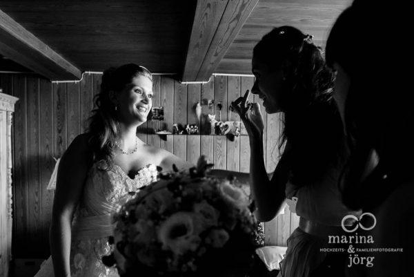 Marina und Joerg, Fotografen-Paar aus Giessen: authentische Hochzeitsfotos beim Getting-Ready der Braut (Hochzeitsreportage in der Naehe von Bern, Schweiz)