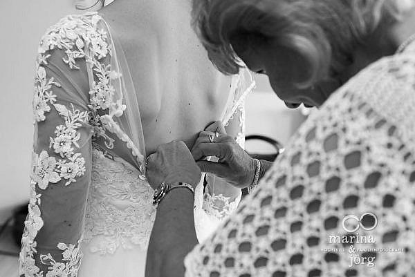 Marina und Jörg, Fotografen-Paar für eure Hochzeit in Laubach: authentische Hochzeitsfotos beim Ankleiden (Getting-Ready) der Braut - Hochzeitsreportage in Laubach