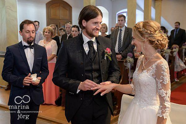 Marina und Jörg, Hochzeitsreportage bei Gießen: Ringtausch bei einer Hochzeit in der Kirche Laubach
