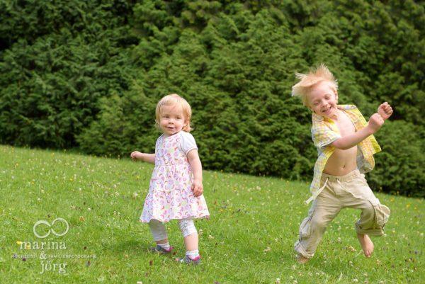 Hochzeitsfotos im Reportagestil: spielende Kinder bei einer Hochzeit in Marburg