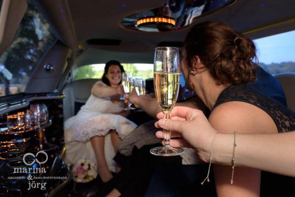 Marina & Jörg, Hochzeitsfotos / Hochzeitsreportage: mit der Limousine zur Hochzeitslocation in Butzbach