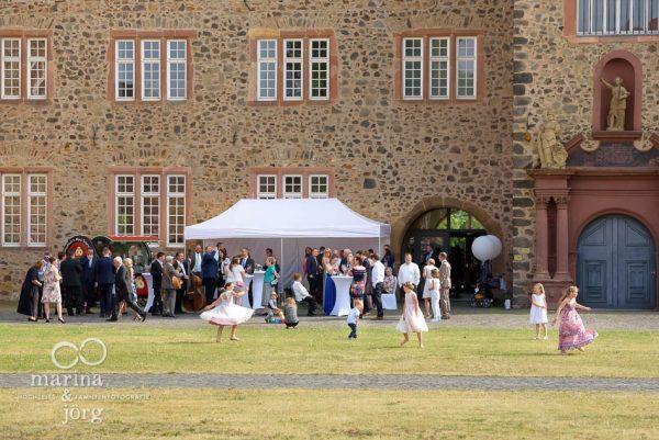 Hochzeit im Landgrafenschloss Butzbach bei Gießen: spielende Kinder beim Sektempfang