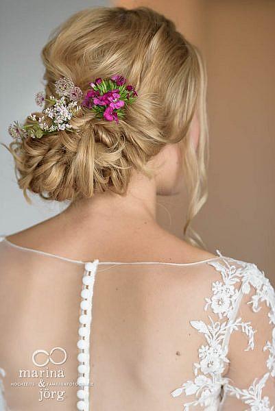 Hochzeitsfotograf für Gießen: Haarschmuck der Braut bei einer Hochzeit in Laubach