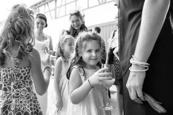 Hochzeitsreportage in der Eventscheune Dagobertshausen bei Marburg: Kinder beim Sektempfang