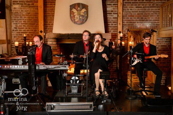 Hochzeitsfotograf Marburg: Foto der Live-Band bei einer Hochzeit in der Eventscheune Dagobertshausen