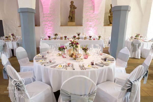 dekorierter Festsaal bei einer Hochzeit im Schloss Butzbach - Hochzeitsfotografen Marina & Jörg
