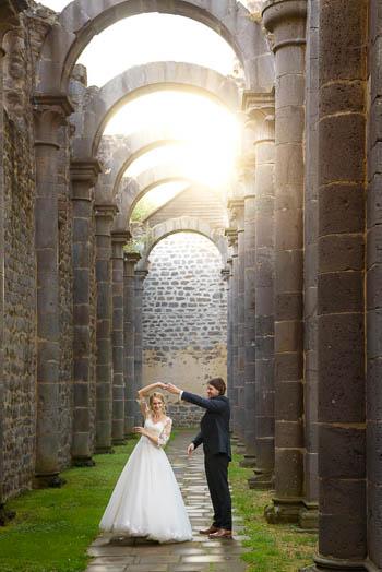 Paarportrait bei einem entspannten After-Wedding-Fotoshooting im Kloster-Arnsburg bei Lich - Marina & Jörg ∞ Hochzeitsfotografen für Marburg/Gießen/Wetzlar