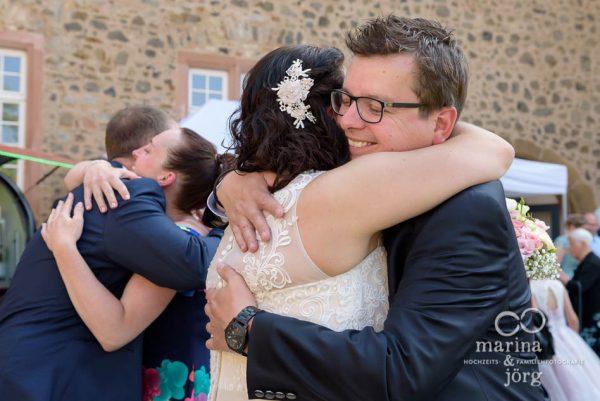 Hochzeitsfotograf für Butzbach: Gratulation nach der Trauung (Hochzeitsreportage im Schloss Butzbach)